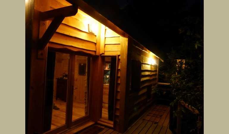 Une cabane tout confort en hauteur nich e dans les arbres for Exterieur nuit